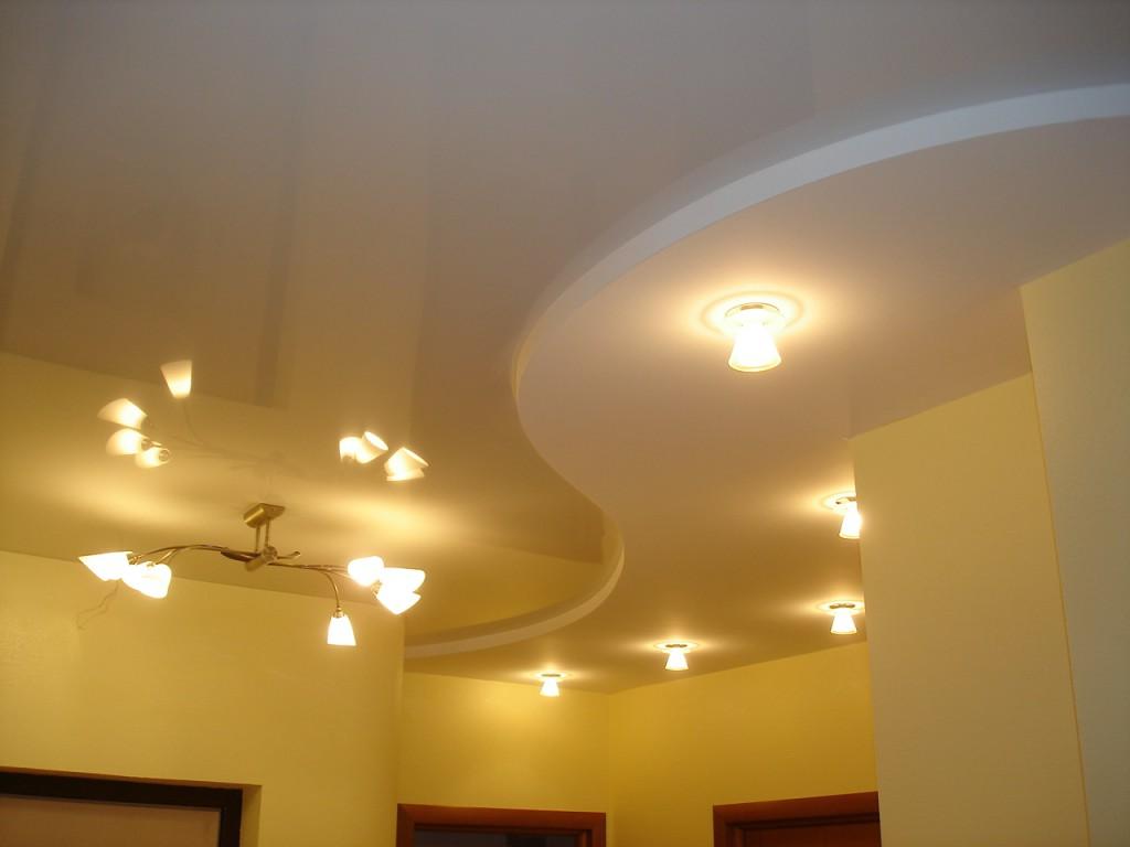 Подвесной потолокв интерьере комнаты